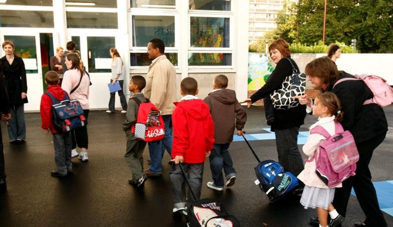 Niños yendo al colegio