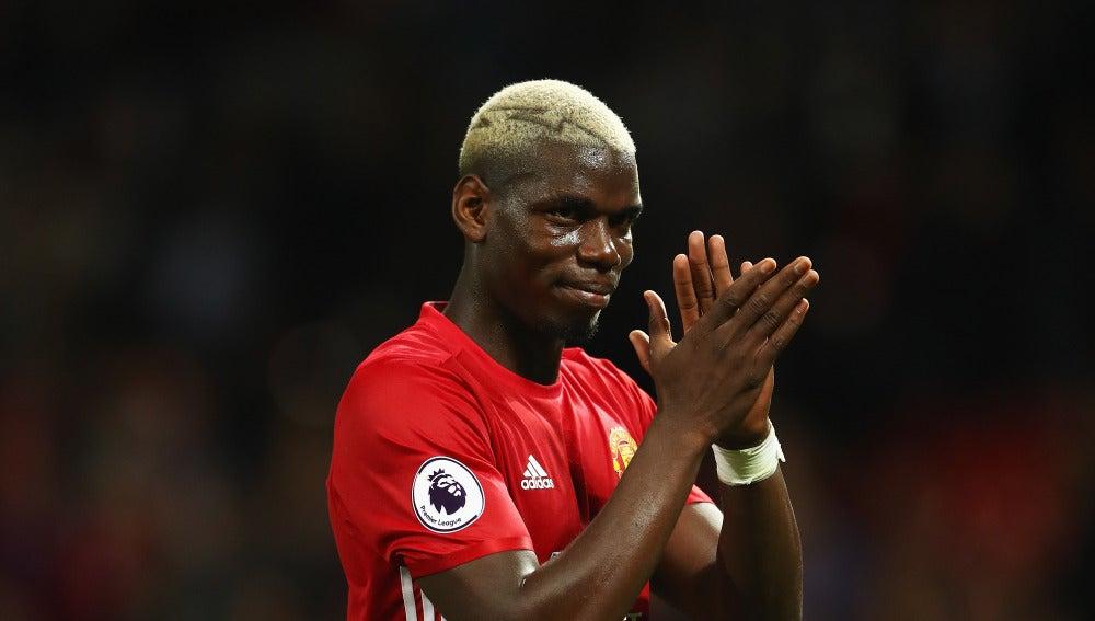 Pogba aplaudiendo en uno de sus choques con el United