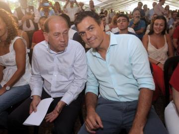 Pedro Sánchez y el candidato socialista a la Presidencia de la Xunta de Galicia, Xoaquín Fernández Leiceaga, durante el acto político celebrado hoy en la localidad de Oroso.