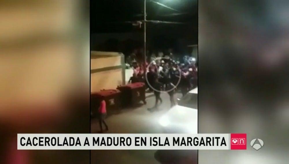 Frame 38.495084 de: Una fuerte cacerolada obliga a Maduro a escapar de la gente en Isla Margarita