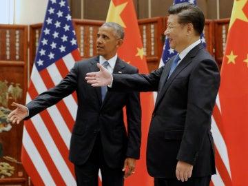 El presidente de China, Xi Jinping pone su mano para saludar a los miembros de la delegación de Estados Unidos