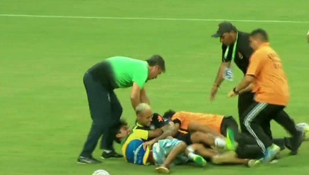 Placaje de varios aficionados brasileños a Neymar