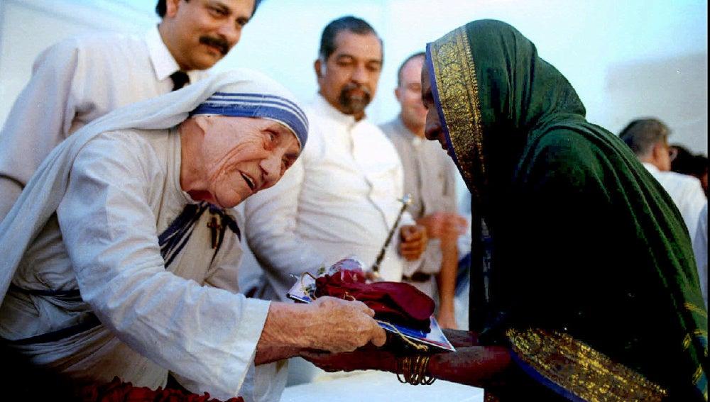 Madre Teresa presenta los documentos necesario para la nueva casa de un aldeano de Latur en Bombay