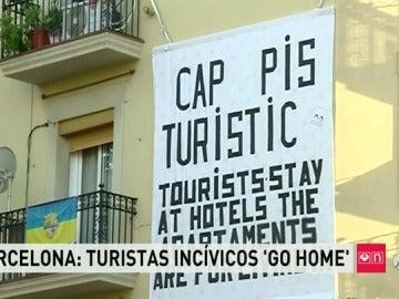 Pancartas amenazando a los turistas en Barcelona