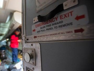 a 15 días de prisión por uso desautorizado de los recursos del avión y su novia, a una multa por alteración del orden en un medio de transporte.