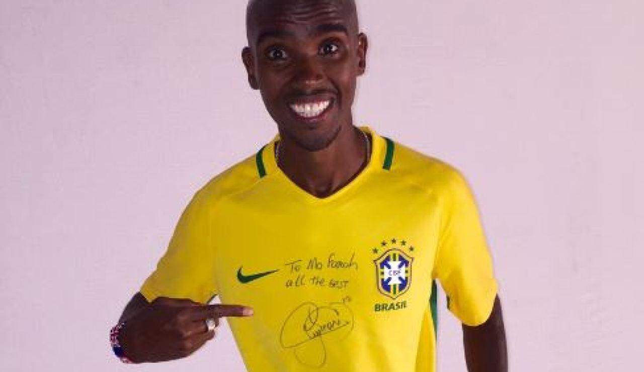 Mo Farah posa feliz con la camiseta de Neymar