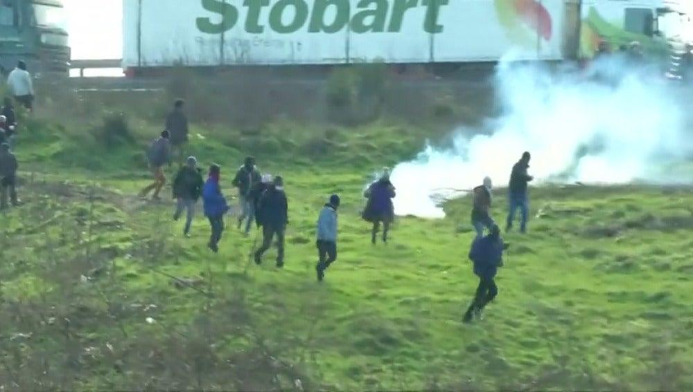 """Frame 8.364957 de: Transportistas y comerciantes contra """"la Jungla"""" de inmigrantes en Calais"""