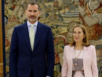 EL Rey Felipe VI junto a la presidenta del Congreso, Ana Pastor.