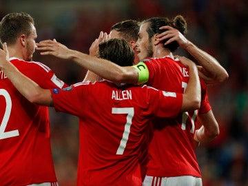 Gales festejando uno de sus cuatro goles ante Moldavia