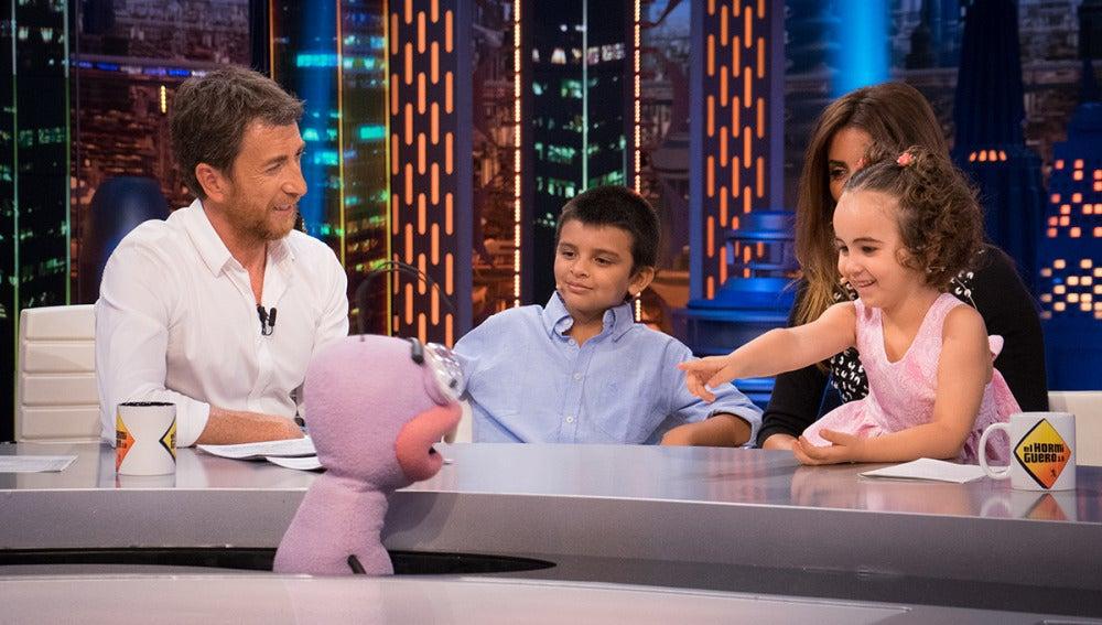 Alba y Lucas, dos pequeños supervivientes de la leucemia, nos cuentan su experiencia junto a Penélope Cruz