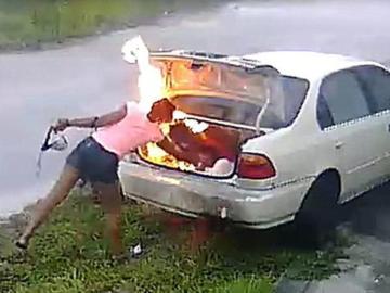 Momento en que la mujer prende fuego al coche del desconocido por error.
