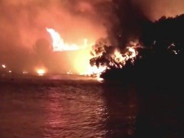 Frame 1.711222 de: Niños jugando con petardos provocan un incendio en Menorca
