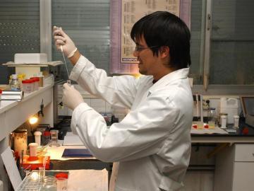 Un investigador en un laboratorio.