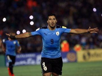 Luis Suárez festeja su gol de penalti a Uruguay