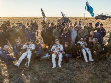 Los tres astronautas tras el aterrizaje