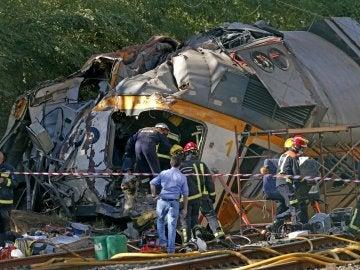Los operarios acceden al interior de tren