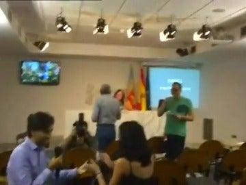 Frame 35.442747 de: Un periodista le pide matrimonio a su novia, también periodista, en una rueda de prensa