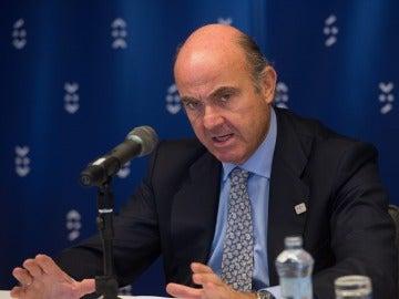 El ministro español de Economía, Luis de Guindos, atiende a la prensa en Bratislava