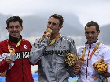 Jairo Ruiz, junto a Schulz y Daniel, durante la ceremonia de entrega de medallas