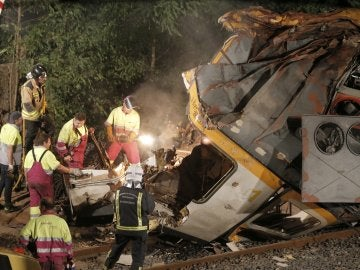 Los bomberos junto a la cabina del tren