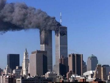 Las Torres Gemelas en llamas después del atentado del 11 de saptiembre de 2001 en Nueva York, EE.UU