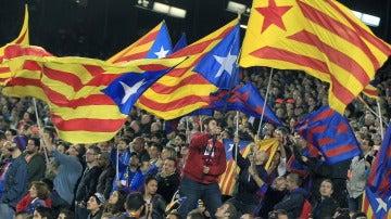 Aficionados ondean esteladas en el Camp Nou