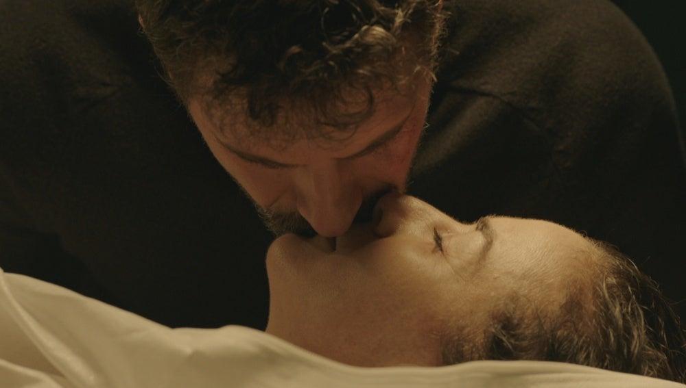 Héctor besa el cadáver de Marta