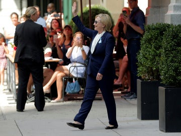 Hillary Clinton saluda tras sufrir un golpe de calor