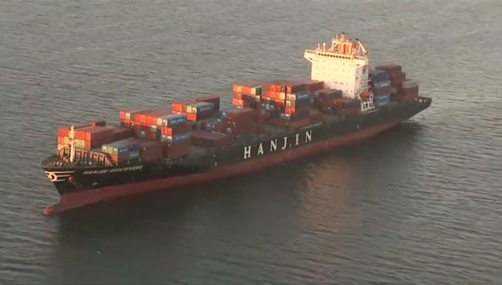 Frame 30.401786 de: Noventa buques cargados con mercancías, bloqueados en alta mar por la quiebra de la empresa responsable