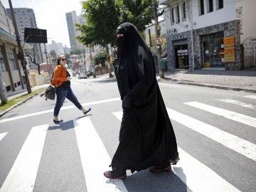 Una atacante intena prender el burka de una  musulmana en el centro de Manhattan