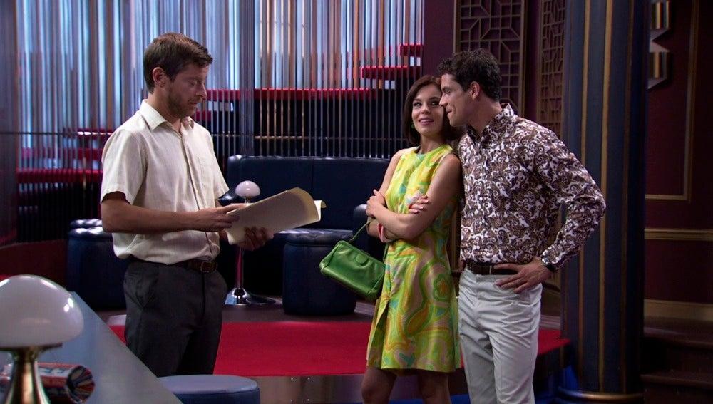 María y Rafael espectantes con la firma de marcelino