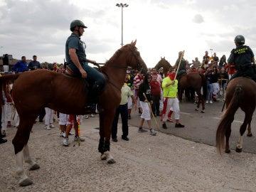 Guardia Civil vigila la manifestación, antes del comienzo del Toro de la Peña