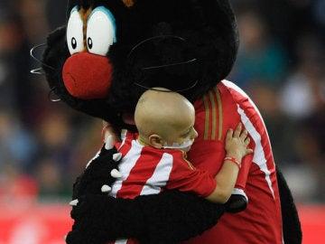 El Everton dona 236.000 euros a un aficionado del Sunderland que sufre cáncer.