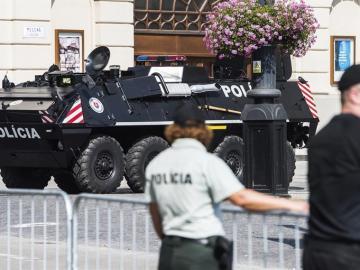 Un vehículo blindado de la policía eslovaca patrulla el centro de Bratislava, Eslovaquia