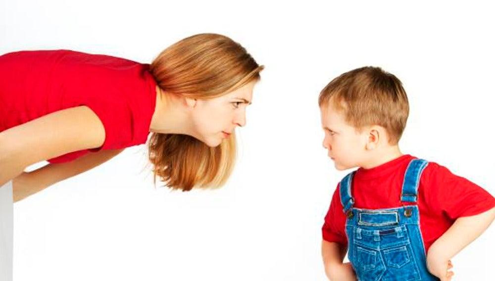 Una madre riñendo a su hijo