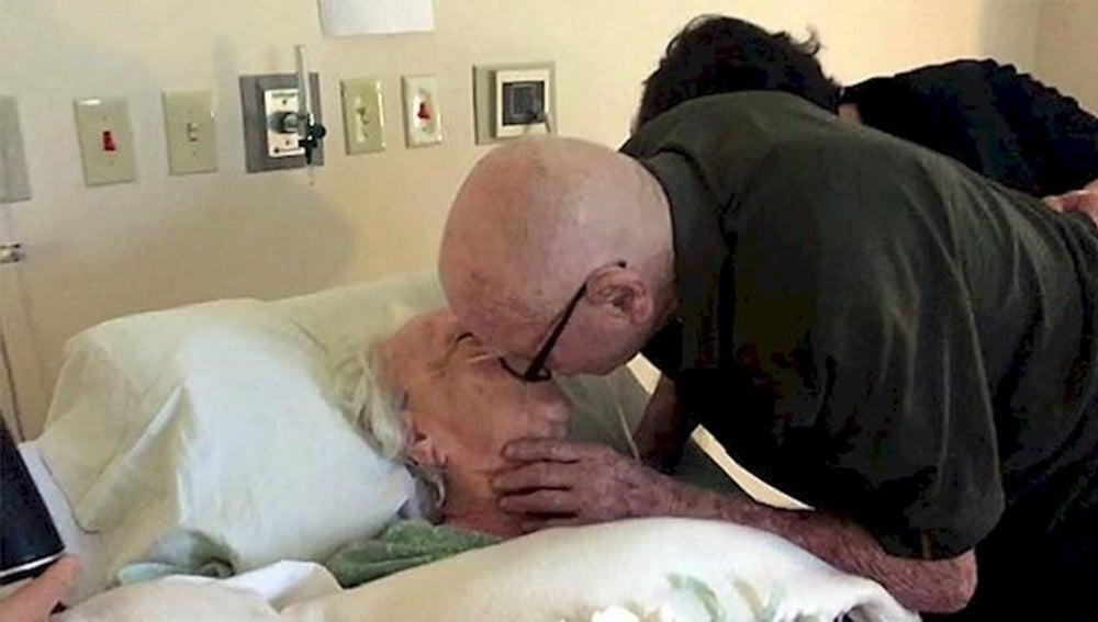 Un anciano emociona a su mujer de 92 años enferma con esta serenata de amor