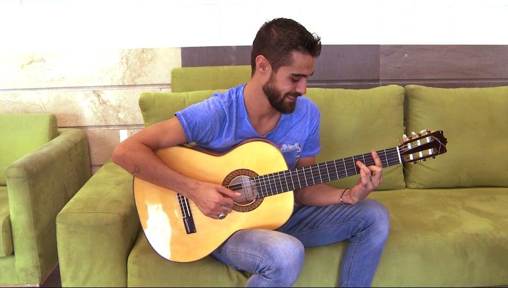 Pablo Espinosa toca la guitarra para los fans de Puente Viejo