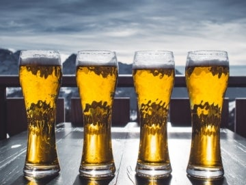 Varias jarras de cerveza
