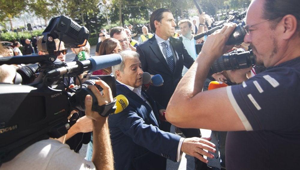 El expresidente de la Diputación de Valencia Alfonso Rus (c-i), junto a su abogado a su llegada a la Ciudad de la Justicia de Valencia