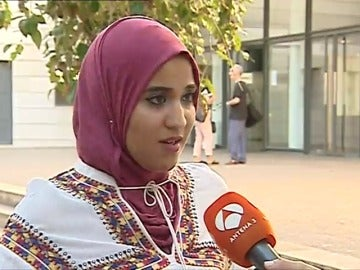 Frame 9.475094 de: Un instituto de Valencia impide a una alumna musulmana iniciar el curso por llevar hiyab