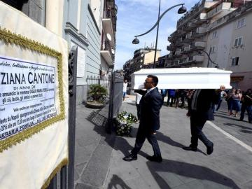 Funeral de Tiziana Cantone en Napoles.