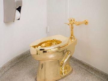Inodoro de oro ubicado en el Museo Guggenheim de Nueva York.