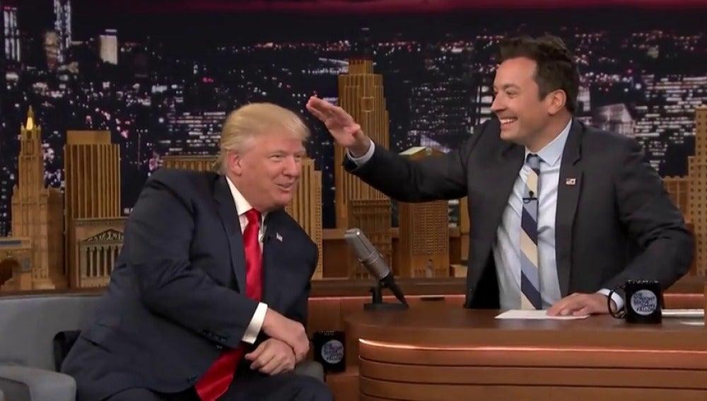 Frame 51.006968 de: Jimmy Fallon despeina a Donald Trump