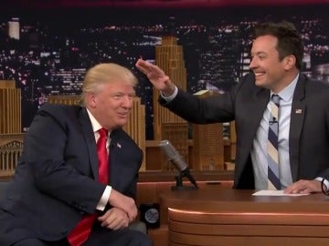 Frame 51.006968 de: Jimmy Fallon despeina a Donald Trump