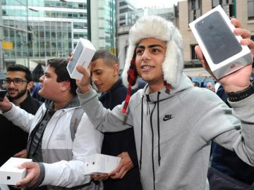 Australianos fuera de la tienda Apple con el iPhone 7