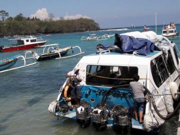 Expertos examinan el ferry siniestrado en el puerto de Padangbai