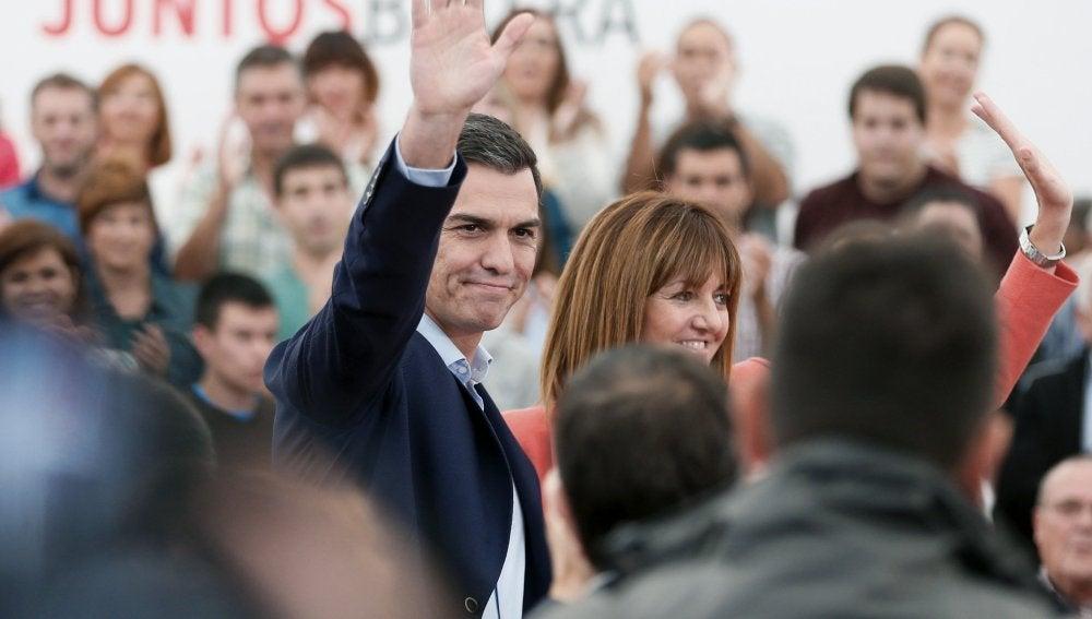 El secretario general del PSOE, Pedro Sánchez (d), junto a la candidata socialista a lehendakari, Idoia Mendia (i), durante un acto electoral de la campaña vasca celebrado hoy en San Sebastián