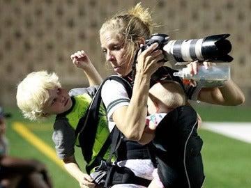 La fotógrafa trabaja mientras carga con sus dos pequeños.