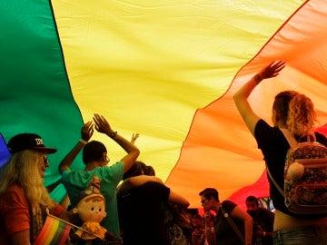 Varias personas asisten al desfile del Orgullo Gay en Belgrado