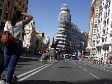 Turistas aprovechan la Gran Vía cerrada